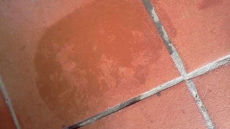 Come pulire le fughe dei pavimenti e quali prodotti o rimedi usare